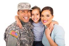 Ung militär familjstående Arkivbild