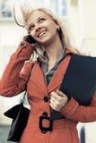 Ung modeaffärskvinna som kallar på mobiltelefonen Arkivbilder
