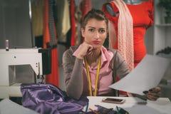 Ung modeformgivare på arbete royaltyfri foto