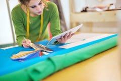 Ung modeformgivare som arbetar med minnestavlan Royaltyfri Bild