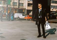 Ung modell för vuxen man i dräkt med solglasögon för läderomslag royaltyfri foto