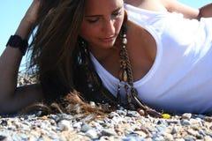 Ung modell på stenstrand i close upp Royaltyfri Foto