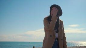 Ung modell som poserar på en strand arkivfilmer