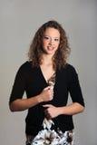 Ung modell som poseras på grå bakgrund Royaltyfria Foton