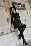 Ung modemodell som poserar sexigt utomhus- på plattformen för gångtunneldrev Royaltyfri Fotografi