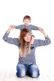 Ung moder som leker med henne den små dottern Royaltyfri Foto