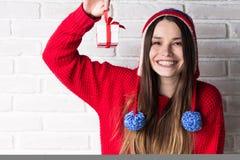 Ung modern flicka med en gåva Royaltyfri Bild