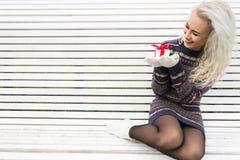 Ung modern flicka med en gåva Arkivbilder