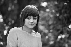 Ung modern seende kvinna Royaltyfria Bilder