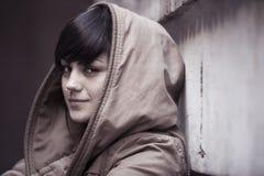 Ung modern seende kvinna som stirrar på kameran Arkivfoto