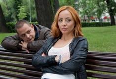 Ung motstridiga man och kvinna som är ilskna och arkivbilder