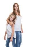 Ung mum och dotter eller syster arkivbild