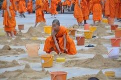 Ung munk i den Songkarn dagen Arkivfoto