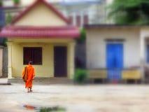 Ung munk som hem går i Chiang Mai Thailand Arkivbilder