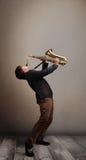Ung musiker som leker på saxofon Royaltyfri Fotografi