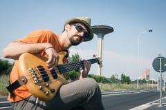 Ung musiker som spelar elbasen royaltyfri bild