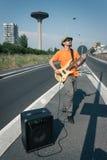 Ung musiker som spelar elbasen arkivfoto