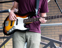 Ung musiker som spelar gitarren på gatan under musikfest royaltyfria foton