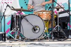 Ung musiker som spelar valsar på utomhus- etapp under musiken f Arkivfoton