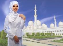 Ung muslim kvinna på moské royaltyfria foton