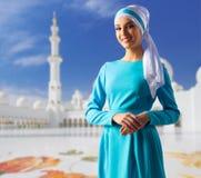 Ung muslim kvinna på moské arkivbild