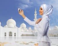 Ung muslim kvinna på moské arkivfoto