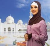 Ung muslim kvinna på moské royaltyfri bild