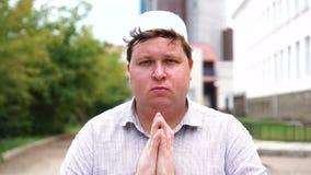 Ung muslim man, i att be för stad stock video