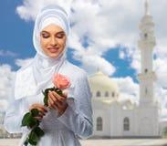 Ung muslimflicka på moskébakgrund Fotografering för Bildbyråer