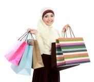 Ung muslimkvinna med shoppingpåsen Arkivfoto