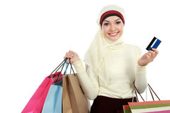 Ung muslimkvinna med shoppingpåsen Royaltyfria Foton