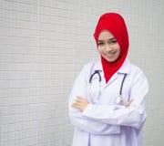 Ung muslimkvinna som en doktor Royaltyfria Bilder