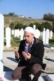 Ung muslimman nära den hans fadergraven Royaltyfria Bilder