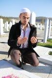 Ung muslimman nära den hans fadergraven Royaltyfria Foton