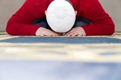 Ung muslimman som visar den islamiska bönen Royaltyfria Foton