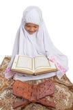 Ung muslimsk flicka som läser Al Quran VIII Royaltyfri Fotografi