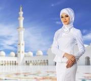 Ung muslimsk kvinna royaltyfria foton