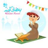 Ung muslimsk pojke som ber för Allah Arkivfoto