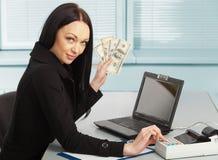 Ung nätt affärskvinna med anteckningsboken i kontoret Arkivfoton