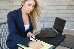 Ung nätt affärskvinna med en anteckningsbok Arkivbilder