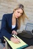 Ung nätt affärskvinna med en anteckningsbok Royaltyfri Bild