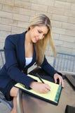 Ung nätt affärskvinna med en anteckningsbok Royaltyfria Foton