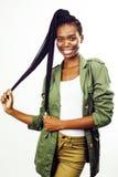 Ung nätt afrikansk amerikanflicka som poserar gladlynt emotionellt på isolerad vit bakgrund, livsstilfolkbegrepp arkivbilder