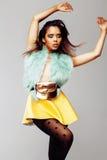 Ung nätt afrikansk amerikankvinna som poserar i emotionella modeclothers, livsstilfolkbegrepp Royaltyfri Fotografi