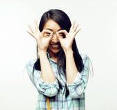 Ung nätt asiatisk kvinna som poserar gladlynt emotionellt som isoleras på vit bakgrund, livsstilfolkbegrepp royaltyfri foto