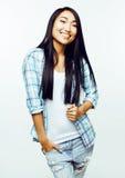 Ung nätt asiatisk kvinna som poserar gladlynt emotionellt som isoleras på vit bakgrund, livsstilfolkbegrepp arkivfoto
