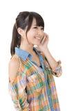 Ung nätt asiatisk kvinna som talar vid mobiltelefonen Royaltyfri Bild