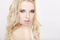 Ung nätt blond kvinna arkivfoto