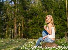 Ung nätt blond kvinna på en äng Fotografering för Bildbyråer