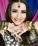 Ung nätt caucasian kvinna som kläs som indier i etniska smycken och clothers royaltyfria bilder